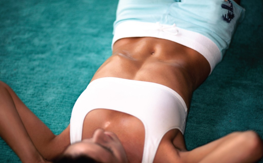 Woman-doing-crunches-sit-ups-10-minute-workout-abs-Feb-13-p90