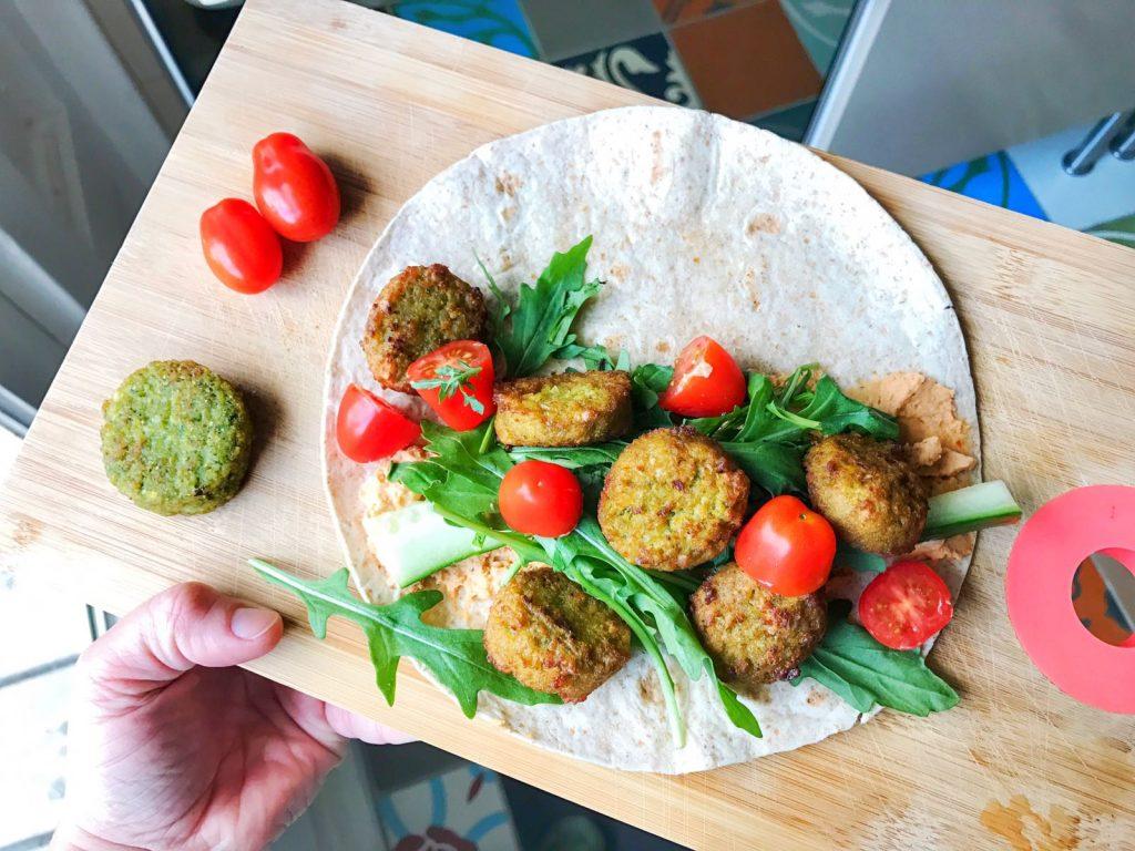 Vegan wrap met falafel, groenten en hummus vega recepten