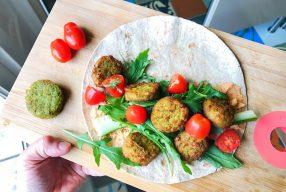Vegan wrap met falafel, groenten en hummus