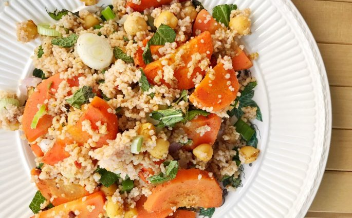 couscoussalade met geroosterde wortel en Marokkaanse kruiden