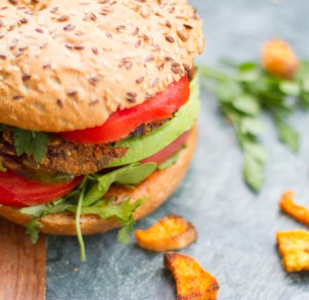 Vegaburger met zoete aardappelfrieten