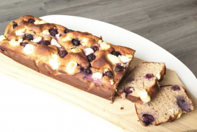 Healthy cheesecake cake met blauwe bessen