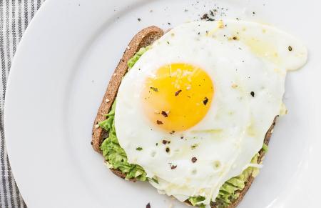 Makkelijke lunch: Toast met avocado, zuivelspread en omelet