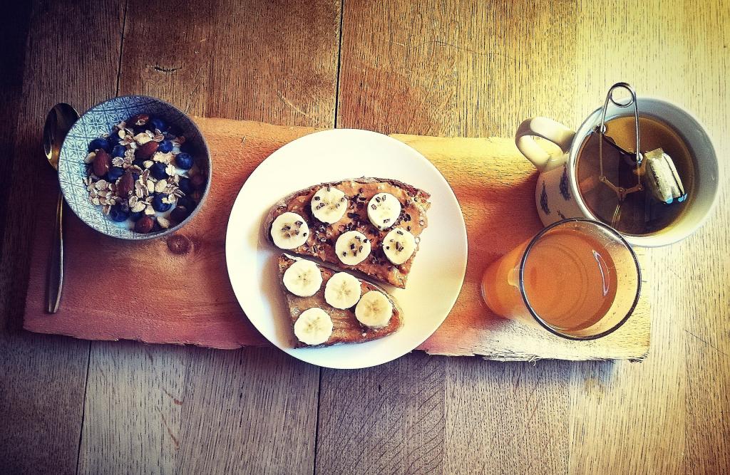 ontbijt-pindakaas-amandel-yoghurt-fruit