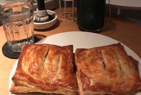 Recept: bladerdeeg pakketjes met zalm en spinazie