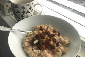 Winters ontbijt recept: warme havermoutpap met banaan