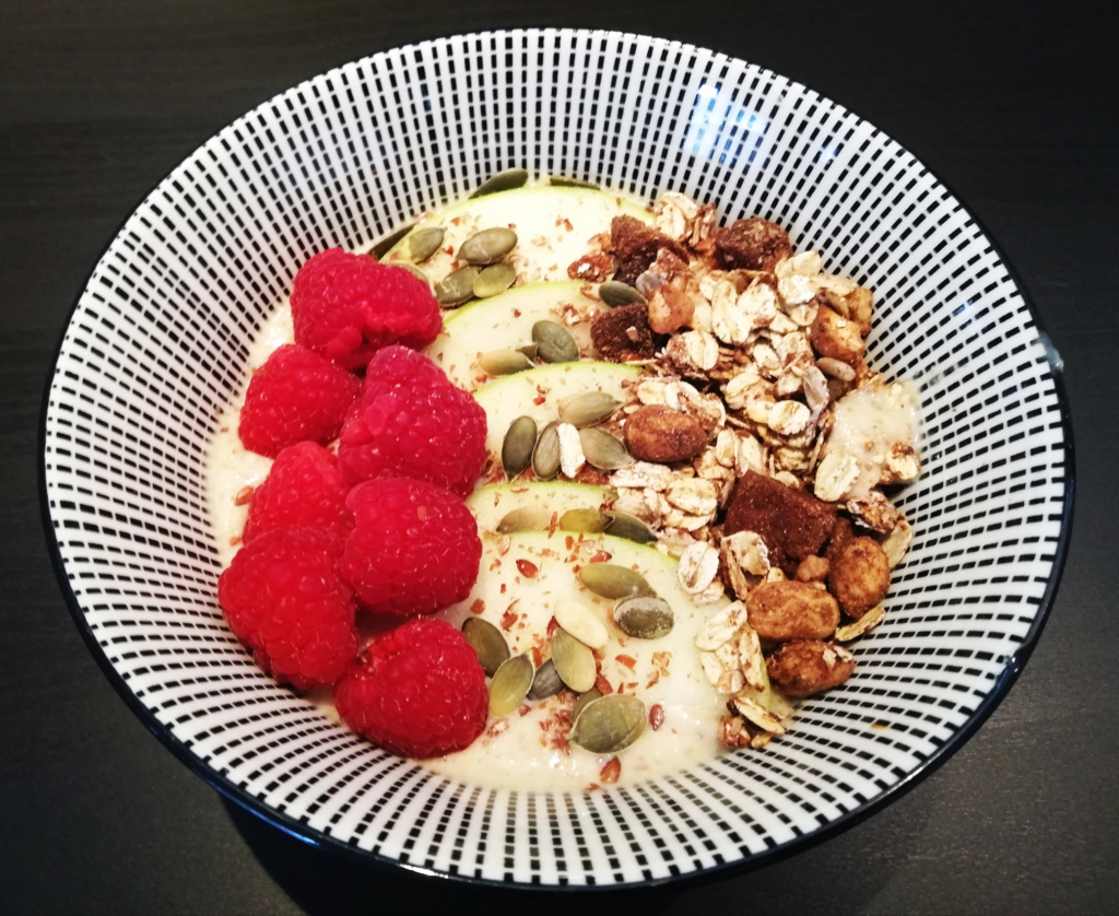 amandel-cashew-yoghurt-vers-fruit-ontbijt-vegan